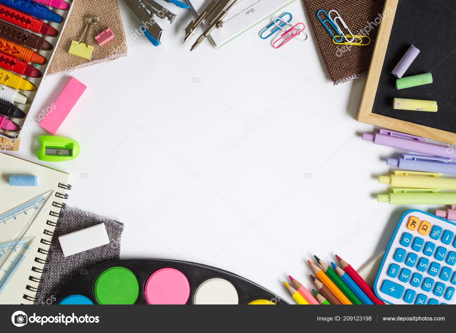 862a36bee12 Πίσω στο σχολείο, γραφείο και εκπαίδευση λειτουργούν φόντο έννοια. Σχολικά  είδη, αξεσουάρ γραφικής ύλης σε άσπρο φόντο. Το Top view με αντίγραφο χώρου  ...