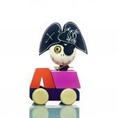 Roztomilý pirátský opuštěné hračky na auto izolované na bílém. Halloween dekorace hračky.