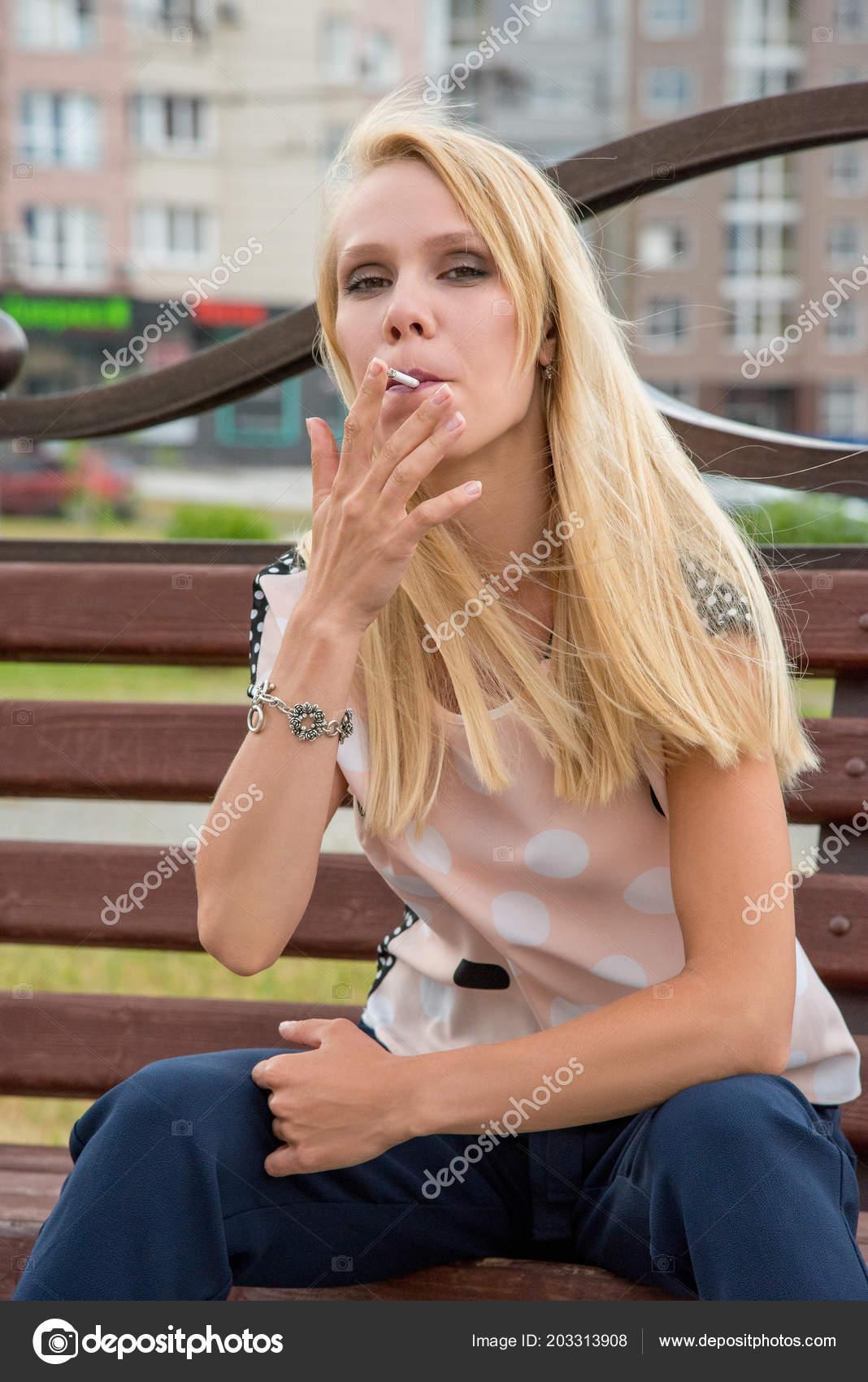 krasivaya-molodaya-blondinka-foto-video-porno-lesbi-devushka