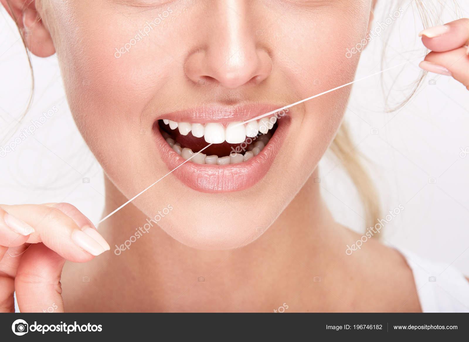 78f2fb563 Bela Mulher Sorridente Com Dentes Brancos Usando Fio Dental Conceito —  Fotografia de Stock