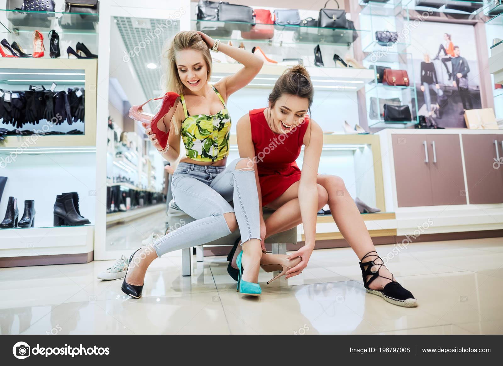 7981f5c102e29b Mooie Jonge Vrouwen Het Kopen Van Schoenen Bij Winkelcentrum — Stockfoto