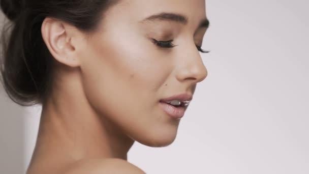 Atraktivní brunetka model na studio pozadí
