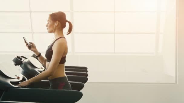 Roztomilá mladá dívka dělat cvičení v tělocvičně pozadí