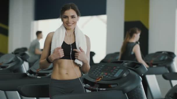 Atraktivní fit dívka jogging v tělocvičně