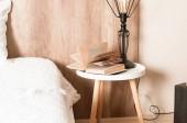 Szoba belső könyv asztallal és közel az ágy, lámpa