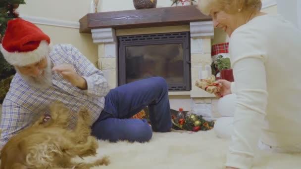 Tappeto Morbido Per Cani : Uomo donna anziana sdraiarsi sul pavimento tappeto morbido bianco