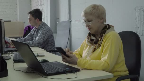 Bývalý žena použít její telefon v kanceláři při práci