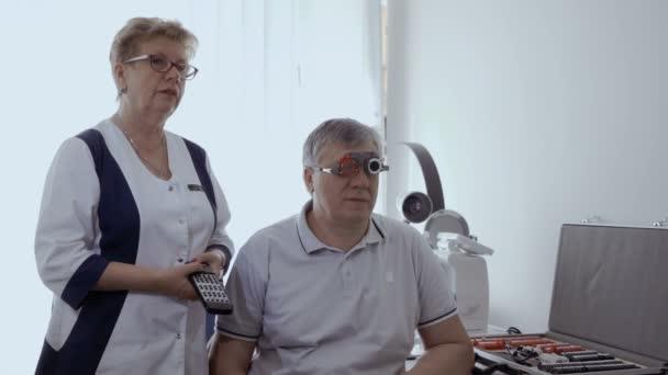 909a9d7b66 Έλεγχος Γιατρός Επανδρώνει Όραση Οπτική Δοκιμή Πλαίσιο Ανώτερος Άνθρωπος  Έχει– πλάνα αρχείου