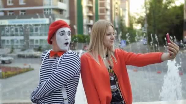 Hezká blondýnka udělat selfie s mime