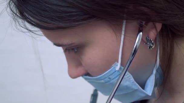 Portrét lékaře s stetoskop v masce