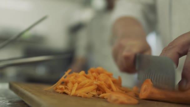 Kuchař, nakrájíme mrkev na kousky v pomalém pohybu