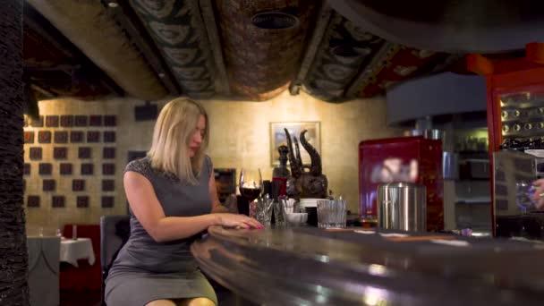Eleganz einsame Frau trinkt Wein in der Nähe der Theke