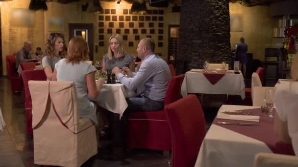 Mladá krásná žena jíst knedlíky v restauraci