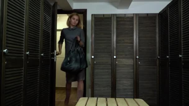 Фильм для женщина в мужской раздевалке видео колготках