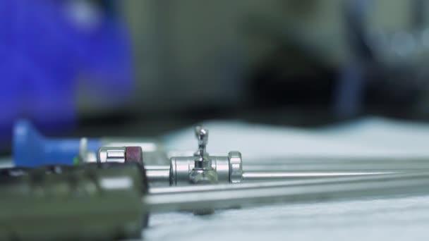 Arzt nehmen medizinische Instrumente für den Betrieb
