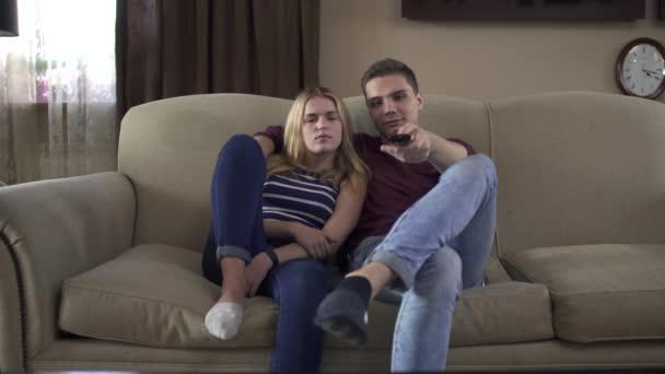 Fiatal, szerelmes pár tizenévesek néz tv együtt otthon