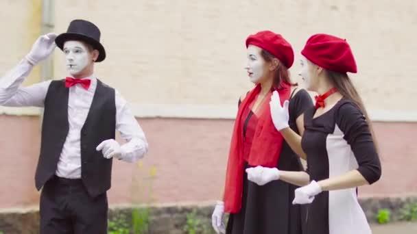 Drei lustige Mimen spielen Szenen auf Stadtstraße Scherz