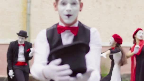 Vier Mimen spielen auf unsichtbare Musikinstrument