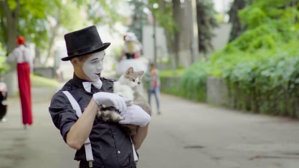 Legrační mime žertování s kočkou na ulici