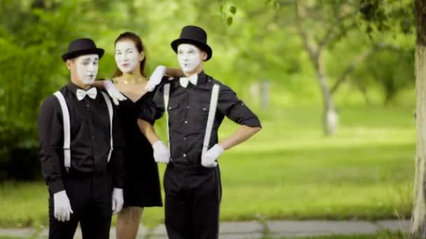 Holky mimy připojit chlapci pantomimy v parku