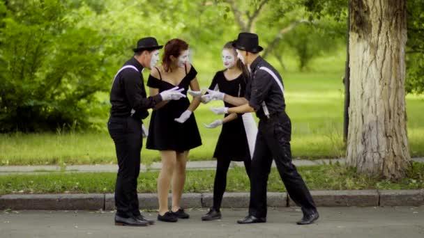 Mimy hrát Rock Paper nůžky v parku