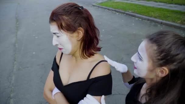 Mime dívka pláče na ulici