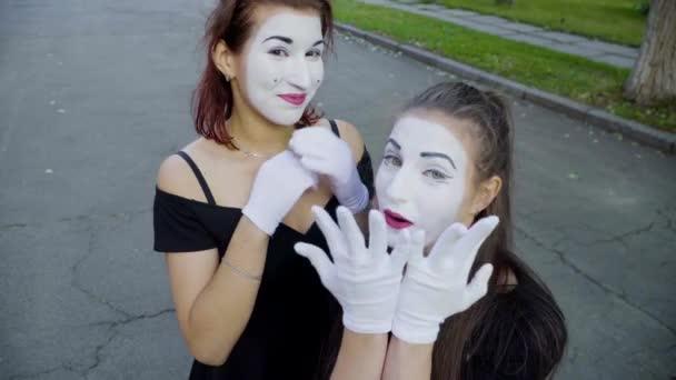 Dvě dívky mimy napodobit rozpaky když vidí fotoaparát