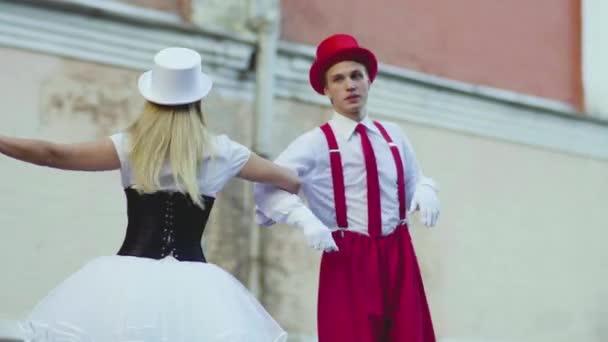 Vtipné komické dvojice na chůdách dancind cool poblíž budovy