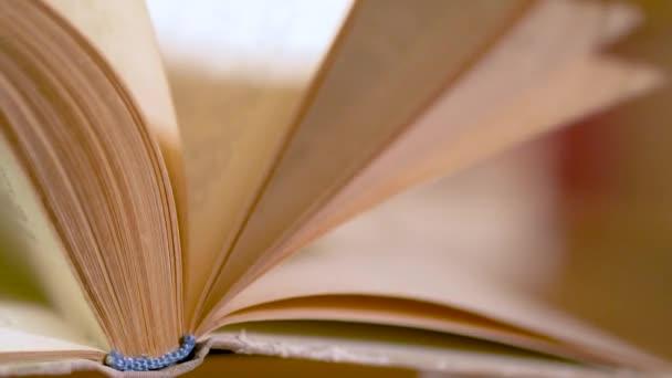 Obracející stránky knihy. Pomalu Otočte stránky knihy. Detail