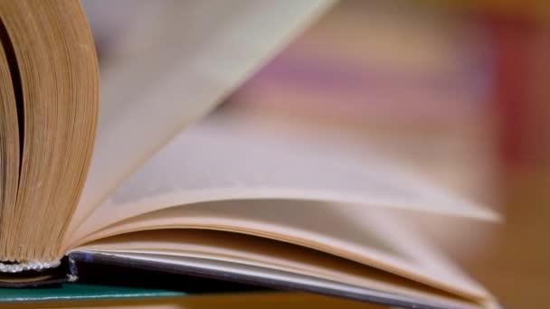 essek a könyv lapjain