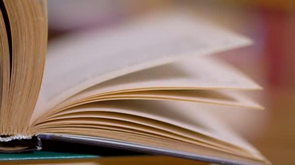 obracející stránky knihy