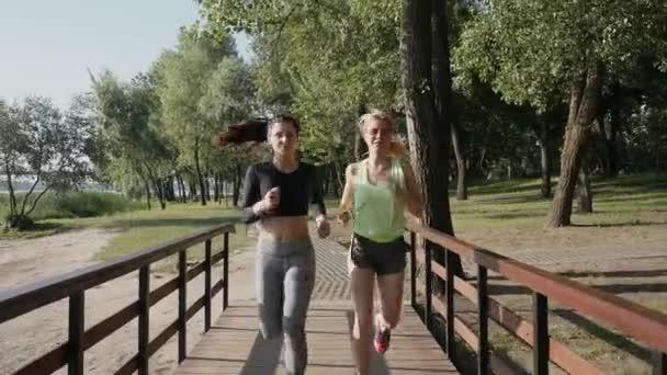 Zwei schöne Mädchen in einem Lauf