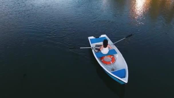junges Mädchen beim Bootfahren auf dem See