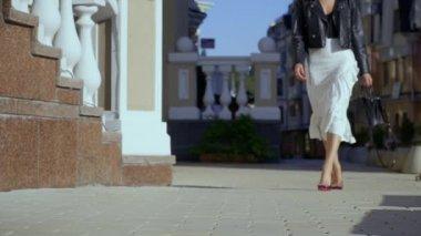 1ec3608ed027cf Mooi meisje in de stad straat — Stockvideo