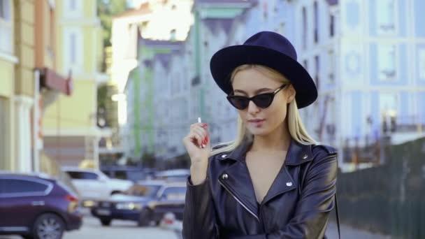 Gyönyörű lány a város utca