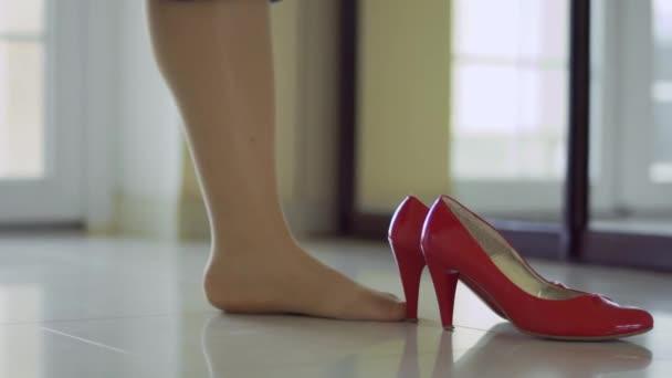 A lábak, a lány viselni a piros cipő