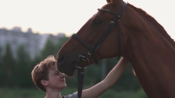 Mädchen streichelt das Pferd