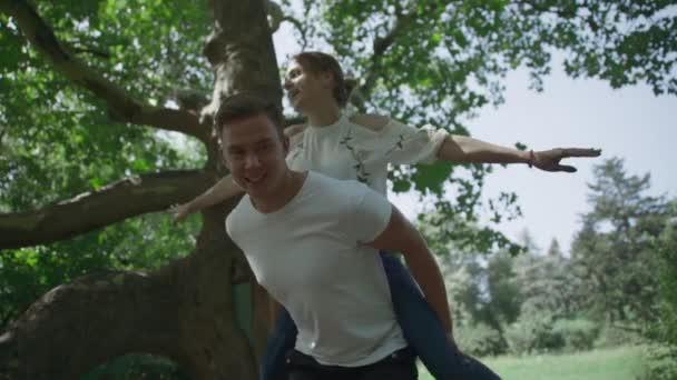 Mladý pár se točí kolem v parku