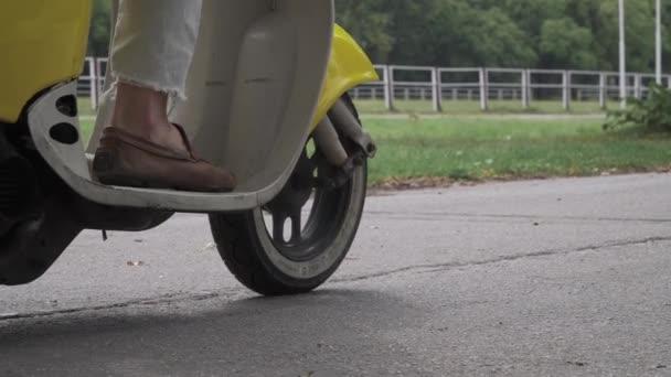 Mladý muž řídí motorové kolo