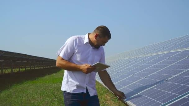 Hezký expert cheking solární panely