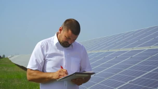 Muž drží záznamy solárních panelů