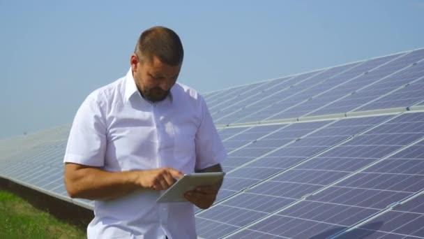 Muž, který držel záznamy solárních panelů a ukazuje palec