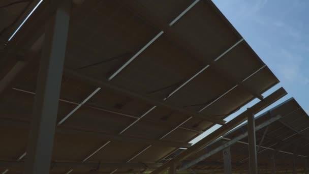 Sluneční světlo svítí skrz solární panely