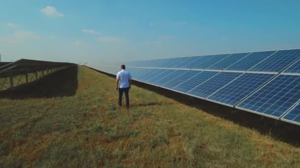 Inženýr, pěší podél solární panely
