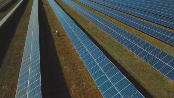 Muž ve stanici sluneční energie. Střílel na DRONY