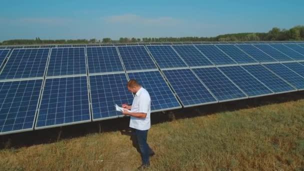 Muž pracuje na solární elektrárnu na louce. Střílel na DRONY