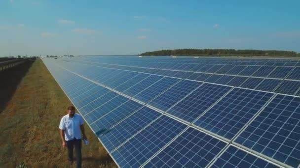 Muž kontrole solárních panelů. Střílel na DRONY