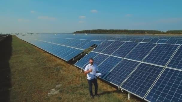 Zralý muž píše solární panel data. Střílel na DRONY