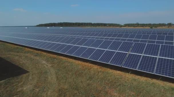 Dlouhá deska se solárními panely. Střílel na DRONY