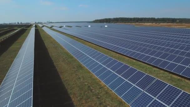 Dlouhá deska se solárními panely, stojící na tomto poli. Střílel na DRONY